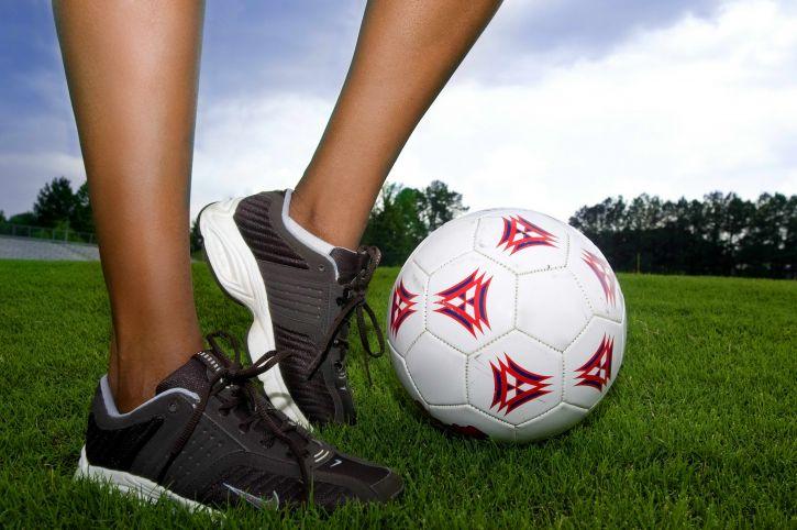 mujer joven, juego, fútbol