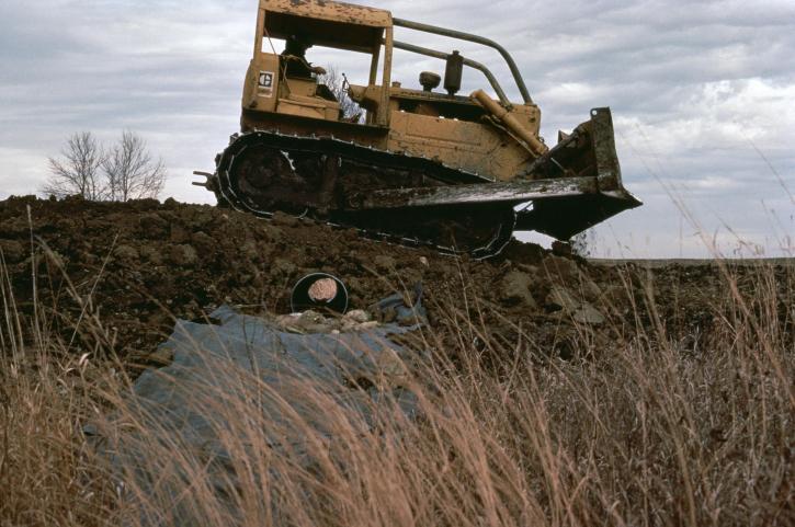 Buldožer, močvara, obnova