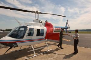 helicóptero, piloto, manos, empleado, embotellado, agua