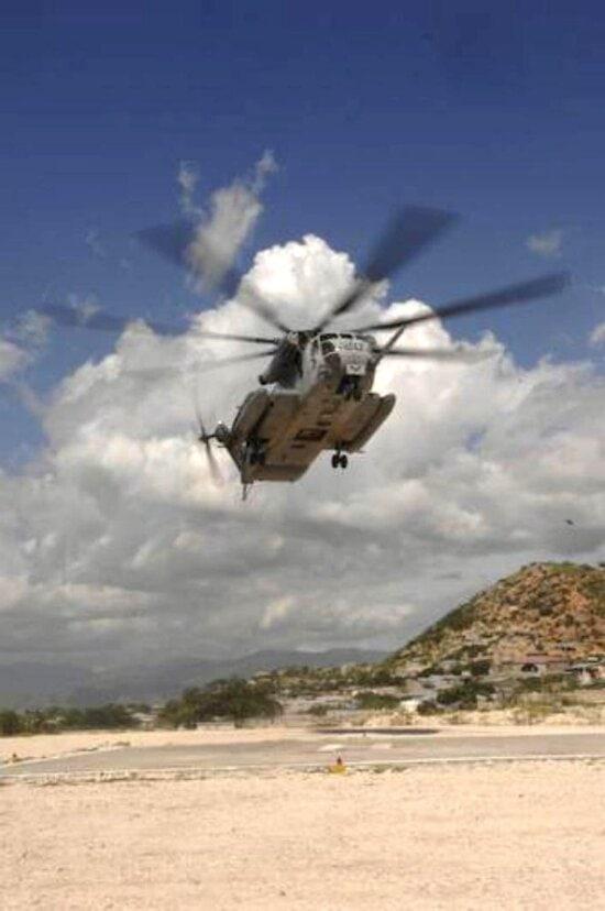 marine, hélicoptère, engagé, livraison, d'urgence, de la nourriture, des fournitures, à distance, les villages