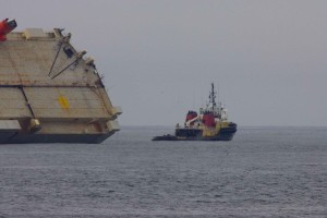 mali, veliki, teretni brod, brod nasukao