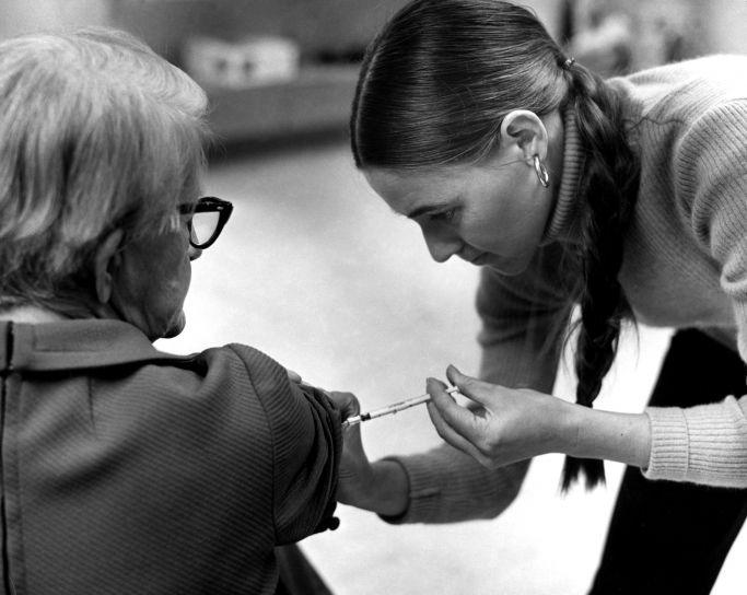 eldre, kvinne, mottak, vaksinasjon, yngre sykepleier