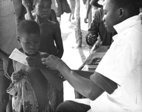 kinderen met ontvangst, pokken, vaccinaties, deelnemers, Nigeria, pokken, uitroeiing, programma