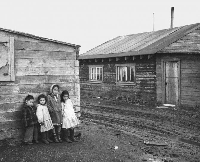 Foto gratis bambini in piedi nativo dell 39 alaska case for 300 case piedi quadrati