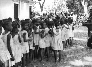 Група, местни, деца, чакащи, получават, едра шарка, инокулацията Contonou Бенин