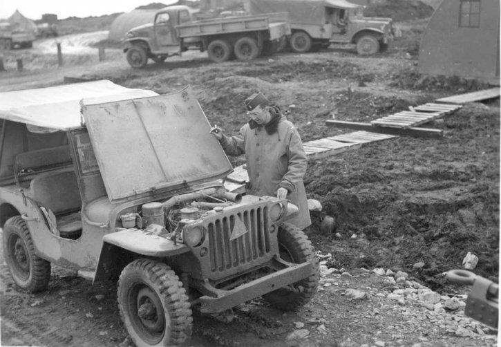 homme, regards, capot, vieux, jeep, monde, guerre, deux