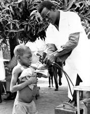 mladý, kamerunský, chlapec, proces, prijímanie, očkovanie