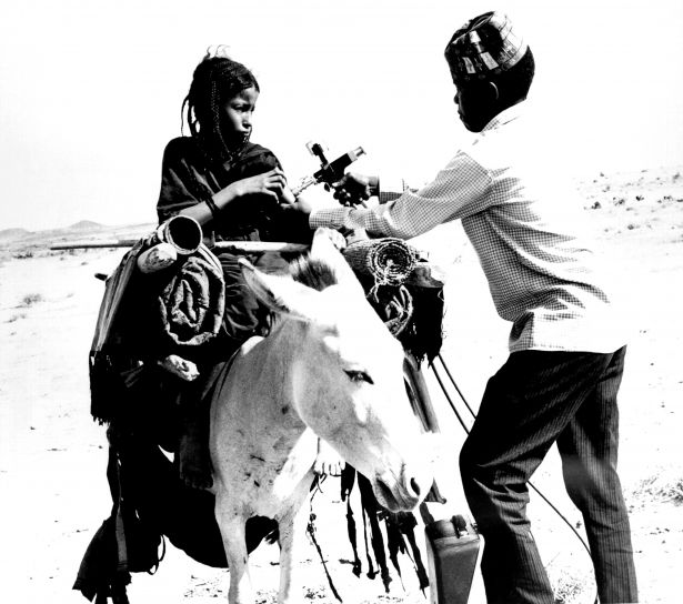nomadic, tuareg, girl, receiving, smallpox, vaccination, mali, west, Africa