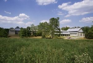 Gebäude, grünes Gras, Feld